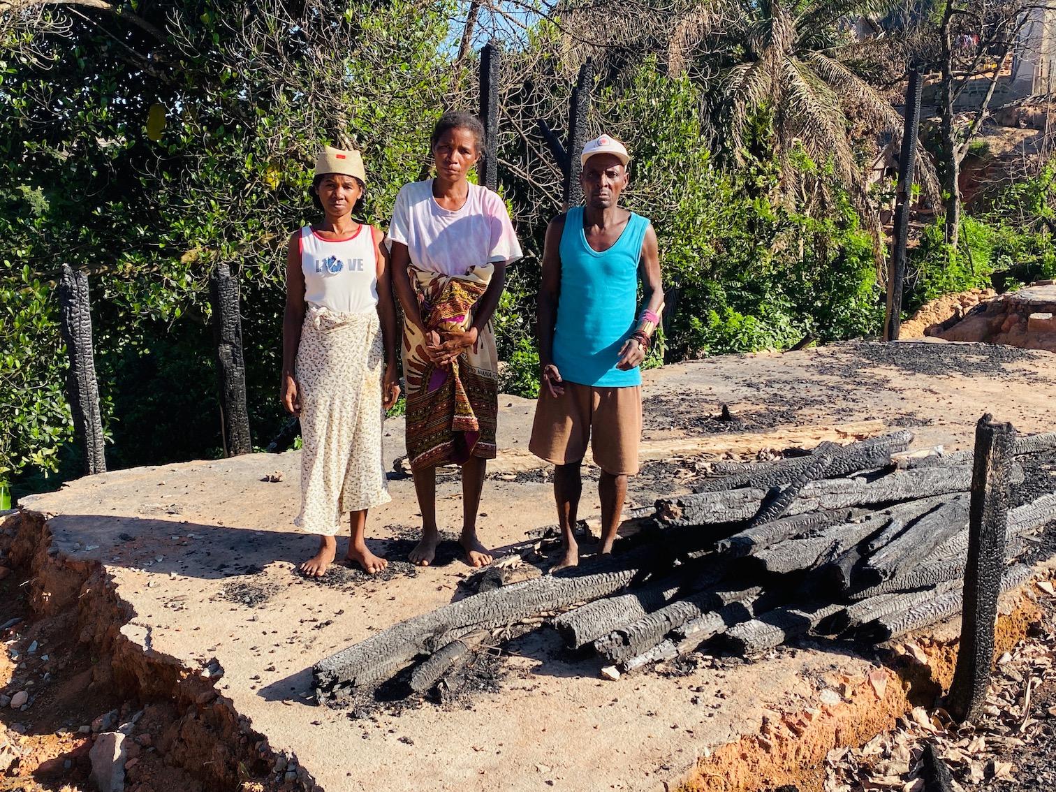 Bilde: Brannofre på en av branntomtene i Ankaramalaza. Baoloujy lengst til venstre. Magy lengst til høyre, og hans kone i midten.